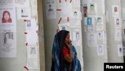 Người phụ nữ chờ tin người thân trong vụ sập xưởng may ở Bangladesh