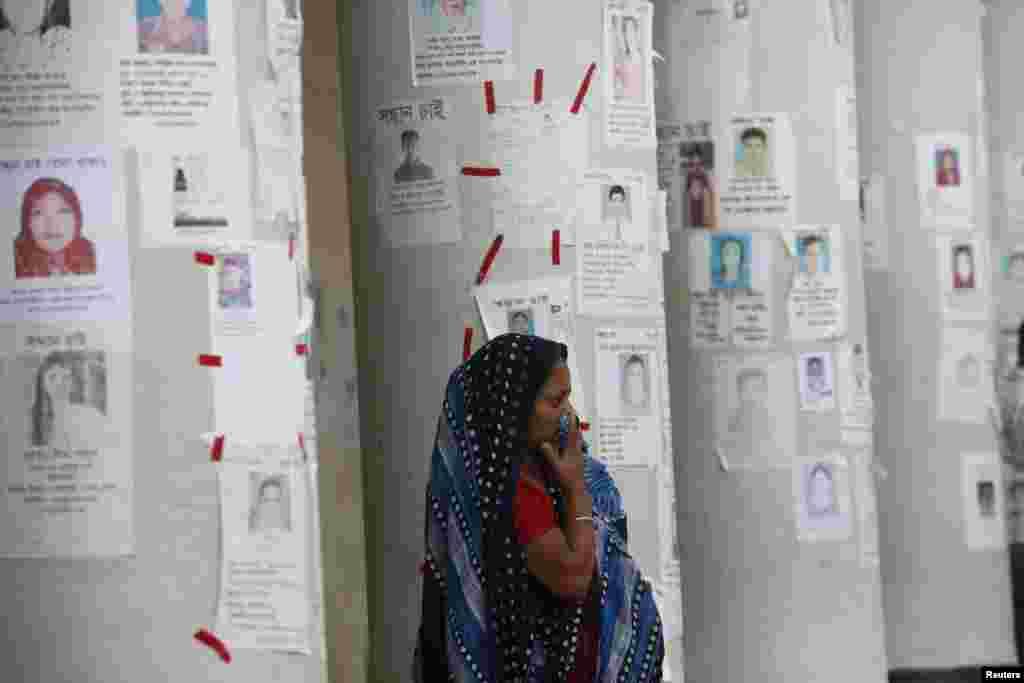 2013年4月30日,一名女子在有關失踪人員的告示前守候親人的消息。拉納大廈倒塌後,很多服裝廠工人下落不明。