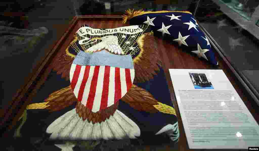 Bendera yang digantung di belakang meja tulis mendiang Presiden John F. Kennedy terlihat di sebuah rumah lelang di New York (17/10).