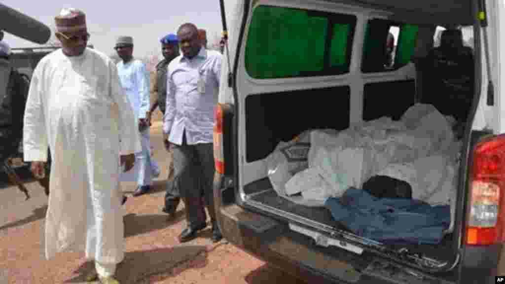 Gwamna jihar Yobe Ibrahim Gaidam, ya ziyarci gawarwakin daliban a wani Masalaci a garin Damaturu, Fabrairu 25, 2014.