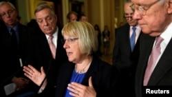 Senator Patty Murray (tengah) dari Partai Demokrat, yang menentang calon menteri pendidikan Trump, Betty DeVos.