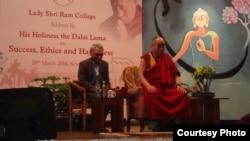 達賴喇嘛訪問新德里的一所大學