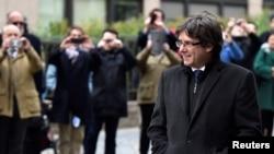 Carles Puigdemont tiba di Brussels, Belgia, untuk memberikan keterangan kepada media dalam konferensi pers, 31 Oktober 2017.