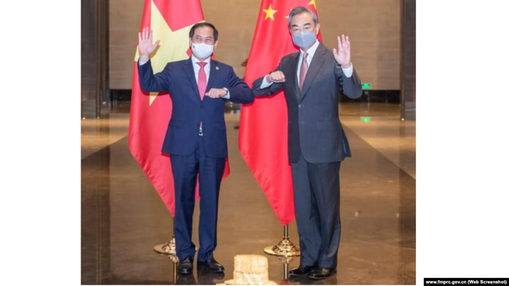 Bộ trưởng Ngoại giao Việt Nam Bùi Thanh Sơn (trái) gặp Ủy viên Quốc vụ viện – Bộ trưởng Ngoại giao Trung Quốc Vương Nghị tại Trùng Khánh vào ngày 8/6/2021.