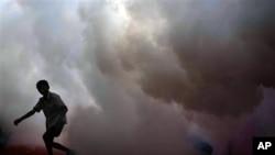 لاہور کے متاثرہ علاقوں میں مقامی انتظامیہ مسلسل مچھر کُش ادویات کا استعمال کر رہی ہے۔ (فائل فوٹو)