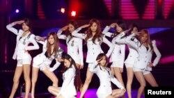Nhóm nhạc nữ nổi danh Girls' Generation của Làn sóng Hàn Quốc. Việt Nam là một trong những nước trong khi vực du nhập văn hóa Hàn Quốc và đó là một lý do vì sao phụ nữ Việt thích lấy chồng Hàn Quốc.