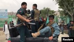 阿富汗警方抵达阿富汗喀布尔爆炸地点。(2017年6月3日)