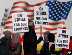 11일 미국 덴버에서 파업 참여 교사들이 집회를 열었다.
