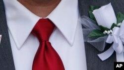 Pat Helms, pria gay di Alabama menunggu keputusan Mahkamah Agung AS soal pernikahan sesama jenis di pengadilan Jefferson County, Alabama, Senin (9/2).