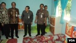 Donatur Kemensos dan Pemkot Solo mengecek fasilitas Rumah Shelter ADHA, Rabu 6/12 (Foto: VOA/Yudha).