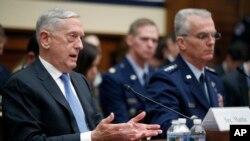 짐 매티스 미국 국방장관이 6일 하원 군사위원회 청문회에서 증언하고 있다. 오른쪽은 폴 셀바 합참차장.