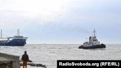 Російський бензин завозять до Криму під українським прапором, Керченський порт, Крим, 30 квітня 2014 року
