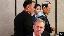 И.о. министра обороны США Патрик Шэнахан (в центре) и министр национальной обороны Китая Вэй Фэнхе (справа) в кулуарах Азиатского саммита по безопасности: Шангри-Ла Диалог, Сингапур, 31 мая 2019 года