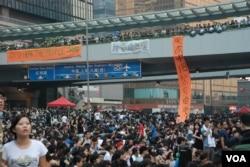 參與佔領中環行動人士在金鐘一座天橋掛上打氣和抗議的布條。(美國之音湯惠芸攝)