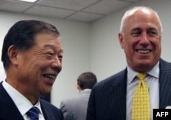 包道格(右)和台湾驻美代表袁健生