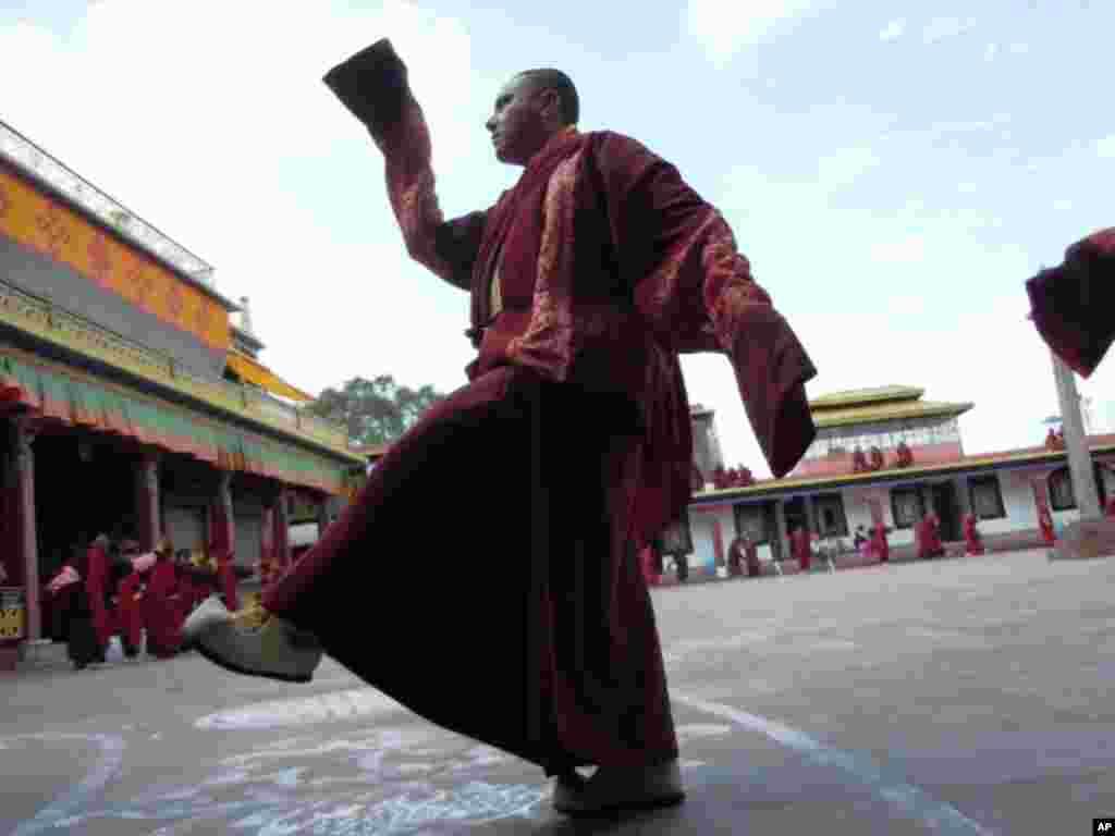 隆德寺的喇嘛綵排兩年一度的蓮師大法會