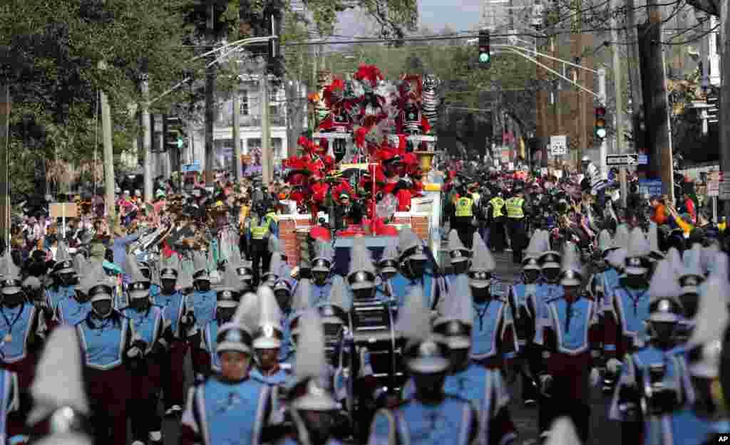 Las marchas de Krewe of Zulu avanzan durante el día de Mardi Gras en Nueva Orleáns, el martes 13 de febrero de 2018. (AP Photo / Gerald Herbert)
