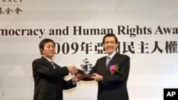 马英九颁发2009年亚洲民主人权奖给自由北韩电台创办人金圣玟