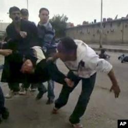 Manifestante sangrando e a ser socorrido depois do confronto com as forças de segurança