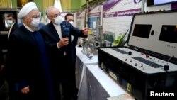 Хасан Рухани рассматривает новые ядерные достижения Ирана во время Национального дня ядерной энергии