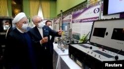 伊朗总统鲁哈尼4月10日在德黑兰视察伊朗核能产业取得的进展。
