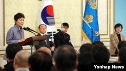 박근혜 한국 대통령이 25일 청와대 영빈관에서 열린 '민주평통 운영·상임위원과의 대화' 에서 인사말을 하고 있다.