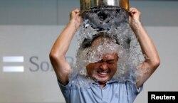 """为唤起公众对罕见病""""渐冻人症""""的关注,很多公众人物和普通民众都参与了""""冰桶挑战""""公益活动。参与者要往自己身上浇冰水然后提名三位好友接受挑战。被提 名者可以选择接受挑战,向公益组织捐款或者既接受挑战又捐款。图为当地时间8月20日日本软银集团总裁孙正义在东京总部接受冰桶挑战。"""