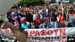 Người biểu tình hô khẩu hiệu chống lại các biện pháp khắc khổ của chính phủ ở trung tâm Thessaloniki, Hy Lạp, thứ Năm 20 Tháng Năm, 2010