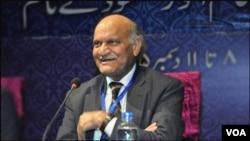 آٹھویں عالمی اردو کانفرنس انور مسعود اپنا مزاح پر مبنی شاعری کا کلام پیش کرتے ہوئے