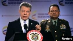 Presiden Kolombia Juan Manuel Santos (kiri) didampingi Kepala Kepolisian, Jorge Nieto memberikan keterangan kepada media di Bogota (foto: dok).