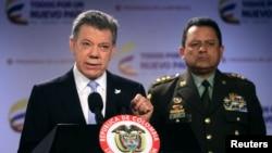 El general Jorge Nieto (derecha) informe sobre la huida del capitán Ányelo Palacios de sus secuestradores.