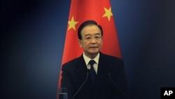 时任中国总理温家宝(2012年5月13日,资料照片)