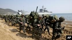 美韩海军陆战队在韩国浦项举行年度联合登陆军演。 ( 2015年3月30日)