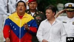 哥伦比亚总统桑托斯(右)8月10日欢迎到访的委内瑞拉总统查韦斯