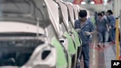 中国吉利慈溪基地的工人组装汽车。(资料照)