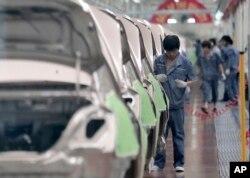 Pabrik perakitan mobil Geely Cixi, pembuat mobil China di Cixi, China, 21 Juni 2012. (Foto: dok).
