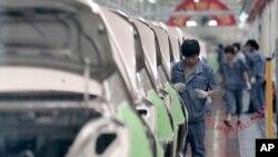 中國吉利慈溪基地的工人組裝汽車 (資料照片)