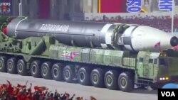 شمالی کوریا کے دیو ہیکل میزائل کی نمائش جو نہ صرف طویل فاصلے تک مار کر سکتا ہے بلکہ کئی وار ہیڈ بھی ایک ساتھ لے جا سکتا ہے۔