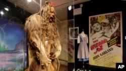 Ell traje de león cobarde se subastó en $3,07 millones de dólares.