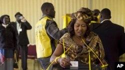 아프리카 수단 남부의 분리 독립 여부를 결정하는 국민투표가 실시된 가운데 미국 애리조나주 글렌데일의 한 교회에 마련된 재외국민 투표소에서 한 수단 여성이 투표용지를 투표함에 넣고 있다.