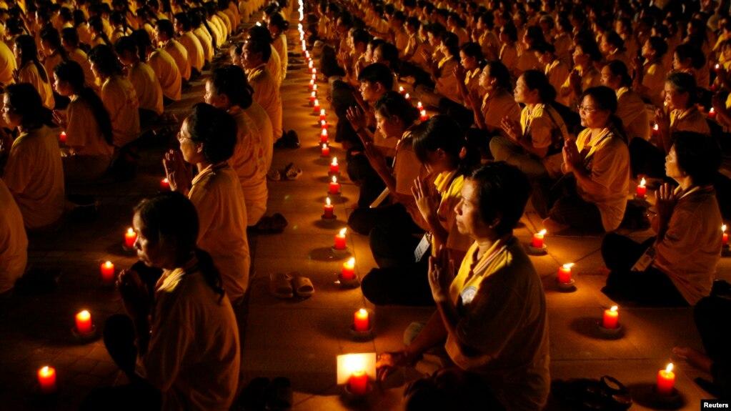 Các nhà sư tham dự lễ thắp nến tại Ngày Phật Đản của LHQ tổ chức ở Hà Nội ngày 16/5/2018. Chính phủ Mỹ đưa ra một báo cáo gần đây về vấn đề tự do tôn giáo ở Việt Nam nhưng Hà Nội cho rằng có những thông tin sai lệch trong báo cáo đó.