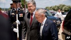Президент Порошенко і міністр оборони Маттіс (архівне фото)