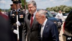 Журналісти зауважили, що міністр оборони США Джим Маттіс (на фото з президентом Порошенком), на відміну від президента Трампа, висловив підтримку Україні у протидії російській агресії