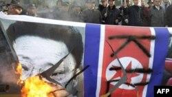 Демонстранты в Южной Корее сжигают северокорейский флаг