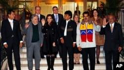 玻利维亚总统莫拉雷斯(左起第四人)和委内瑞拉总统马杜罗等南美洲国家总统7月4日合影