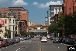 华府中国城的标志性拱门建筑。(美国之音记者文灏拍摄)