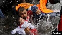 에게 해를 건너 24일 그리스 레스보스 섬에 도착한 시리아 난민이 자녀들을 안고 소형 보트에서 내리고 있다.