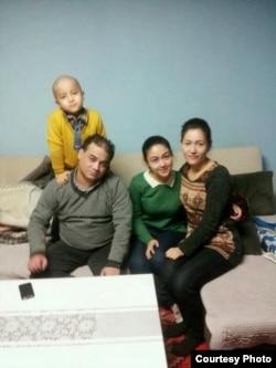 """伊力哈木女兒13年2月出國學習前在北京的""""全家福"""",其中缺二兒子。 (唯色博客圖片)"""