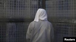 지난 2015년 캘리포니아 샌 퀜틴 주립 교도소의 사형수 건물에서 수감자가 감옥 철창 너머를 바라보고 있다.