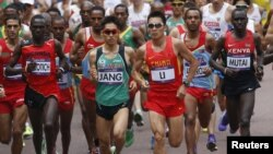 Vận động viên Kiprotich của Uganda hoàn tất cuộc đua hôm nay trong hai giờ, tám phút, và 1 giây, 26 giây trước vận động viên về nhì, là Abel Kirui của Kenya